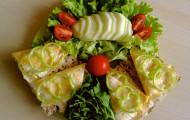 Omeleta s cibuľou a knackebrotom